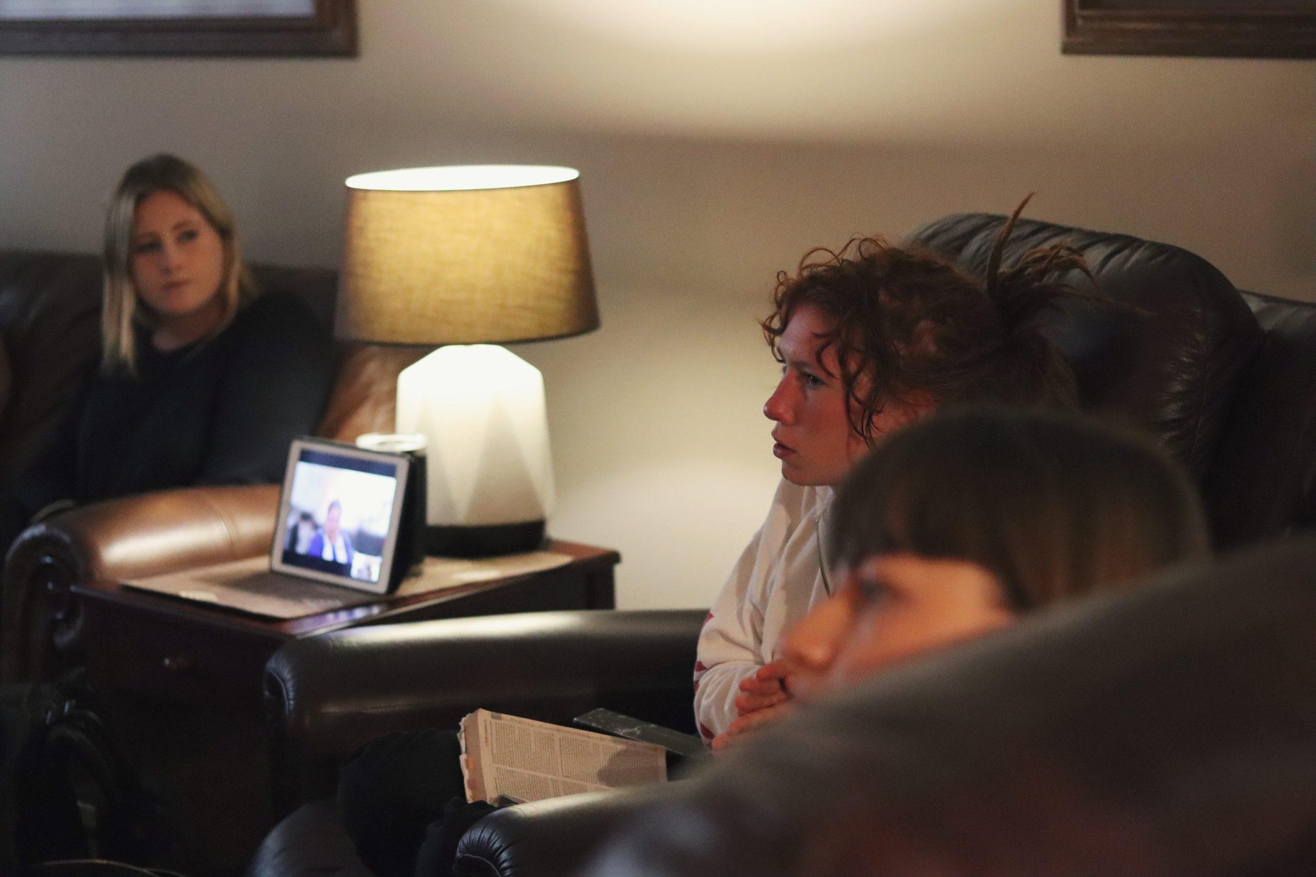 Há membros que assistem às reuniões em diferentes partes do mundo