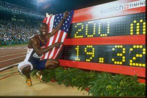 Michael Johnson estabeleceu um novo recorde mundial nos 200 metros, em Atlanta, onde também venceu os 400 metros.