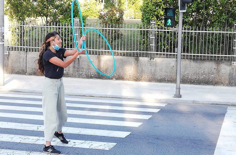 Ana Carolina atua nos semáforos para pagar os estudos.